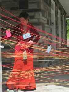 La tricoteuse du peuple, Ève Marie, et les cordes à messages, maison des arts de St-Fuastin, août 2013. Crédit photo: Nancy Ménard