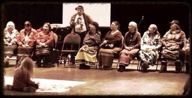 Quelques grands-mères et un grand-père font le résumé de leur cercle de parole.Crédit photo : Vincent-René