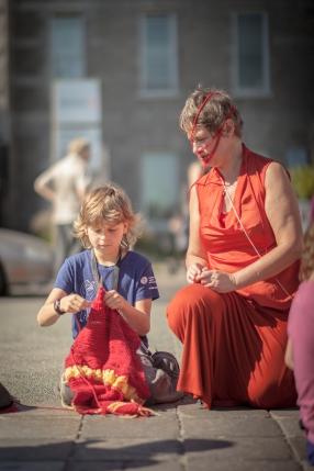 La tricoteuse du peuple enseigne à un garçon, métro Mt-Royal, Montréal, sept. 2014