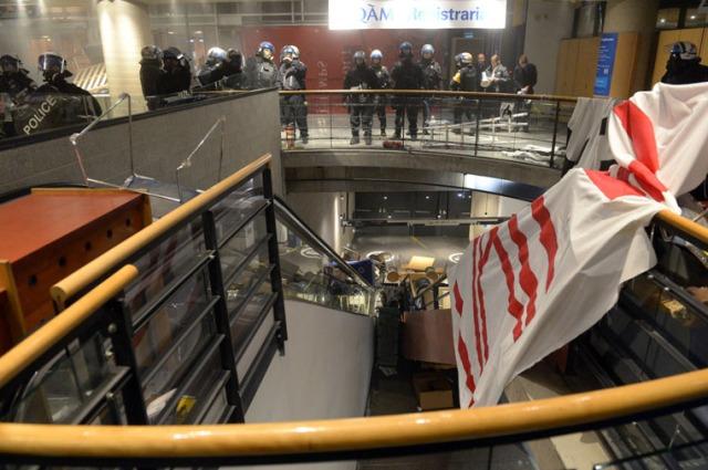 Quelques centaines d'étudiants qui s'étaient barricadés à l'intérieur des murs de l'UQAM ont été expulsés par les policiers, dans la nuit du jeudi 9 avril 2015, au centre-ville de Montréal. De nombreux actes de vandalisme et de pillage ont été commis à l'intérieur de l'établissement. MAXIME DELAND/AGENCE QMI