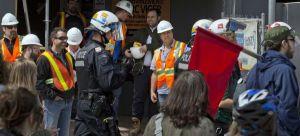 1er mai 2015. 11 h 30 Policiers, manifestants et travailleurs réunis devant le chantier de construction du CHUM.Crédit photo: J. Nadeau