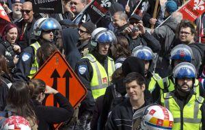 1er mai 2015, 11 h. Réunis devant la tour de la Bourse, à Montréal, des travailleurs se joignent aux dizaines de milliers de leurs comparses qui ont manifesté partout au Québec au cours de cette journée. Crédit photo: J.Nadeau