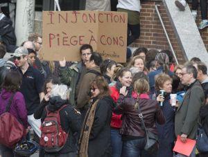 1er mai 2015, 8 h. Au cégep du Vieux-Montréal, des professeurs tiennent un piquet de grève tout juste avant l'heure habituelle des cours. Crédit photo: J.Nadeau