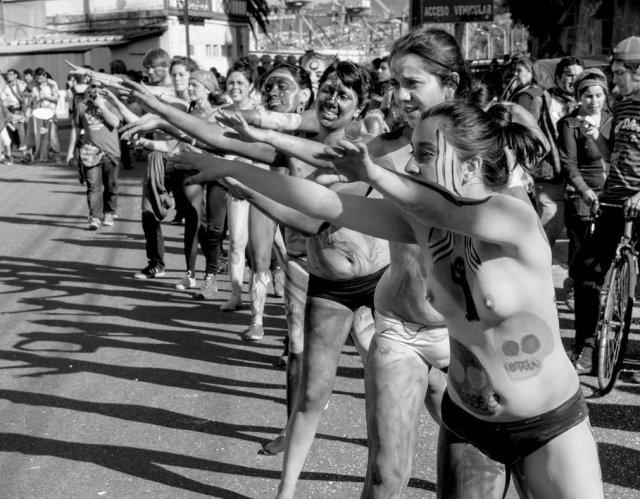 Performance inspirée des Selk'nams par Deviantart au Chili. Crédit photo: Victor Andres Ojeda P.
